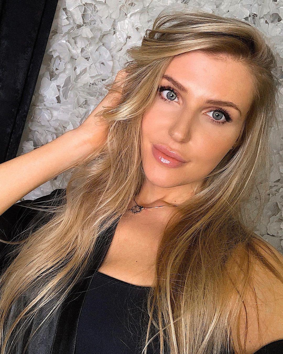 Yuliana-Sholomitskaya-Wallpapers-Insta-Fit-Bio-16