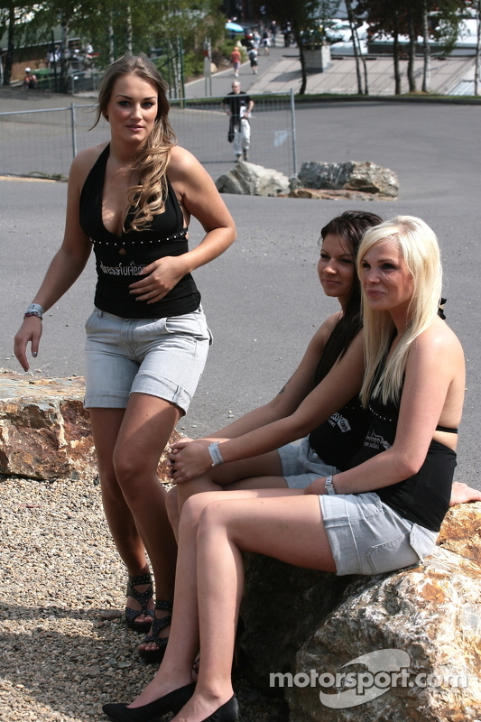 lemans-spa-2011-paddock-beauties
