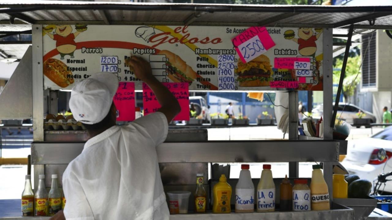 Compradores descargan en comerciantes frustración por alza de precios en Venezuela