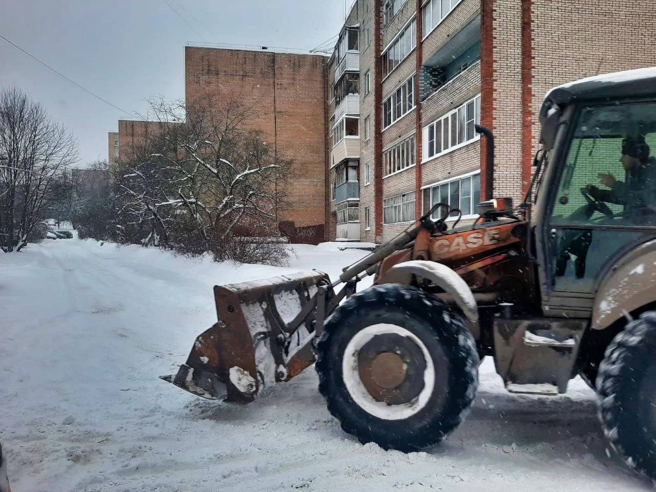 Продолжаем очищать дворы в микрорайоне Северный от снега