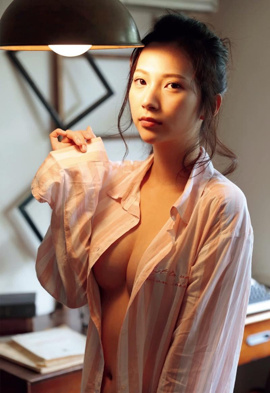 Machiyama-Miho-First-Nude-007
