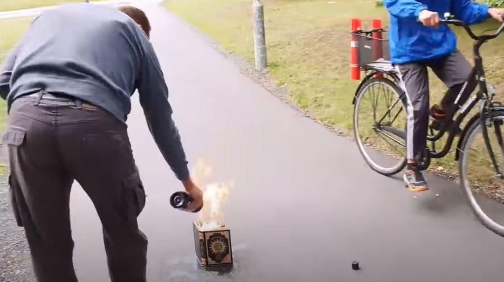 بالفيديو.. متطرف يقوم بحرق القرآن الكريم في السويد فحدثت المفاجأة !