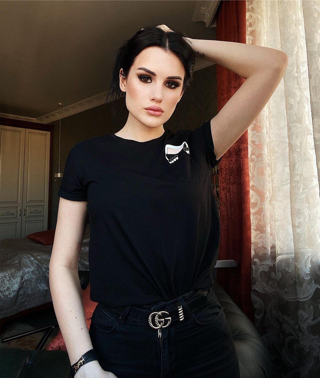 Karina-Arakelyan-Wallpapers-Insta-Fit-Bio-17