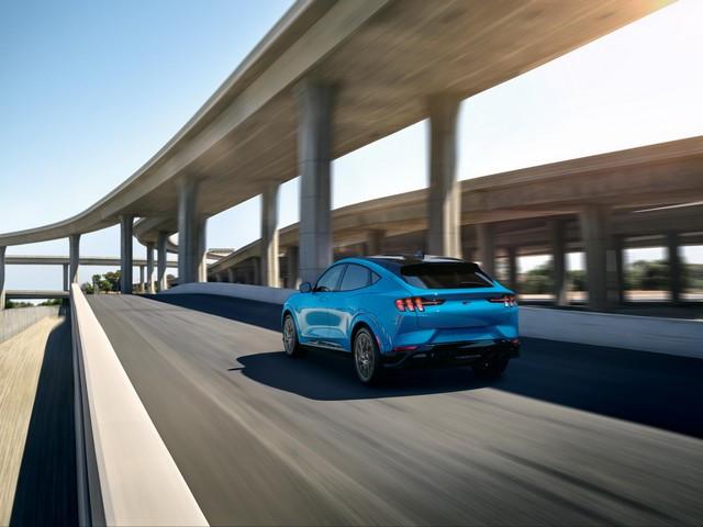 La Mustang Mach-E GT 100% électrique à l'assaut de l'Europe : tout simplement la meilleure accélération de sa catégorie  2020-FORD-MACH-E-GT-GRABBER-BLUE-01