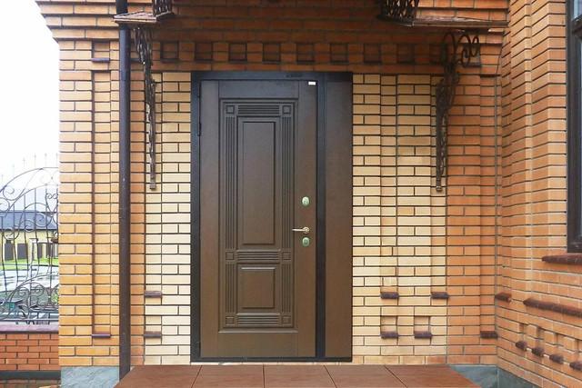 металлическая дверь в загородном доме