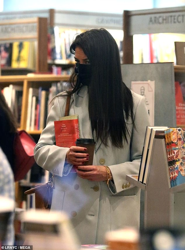 kh-outinnyc111520-bookstore2