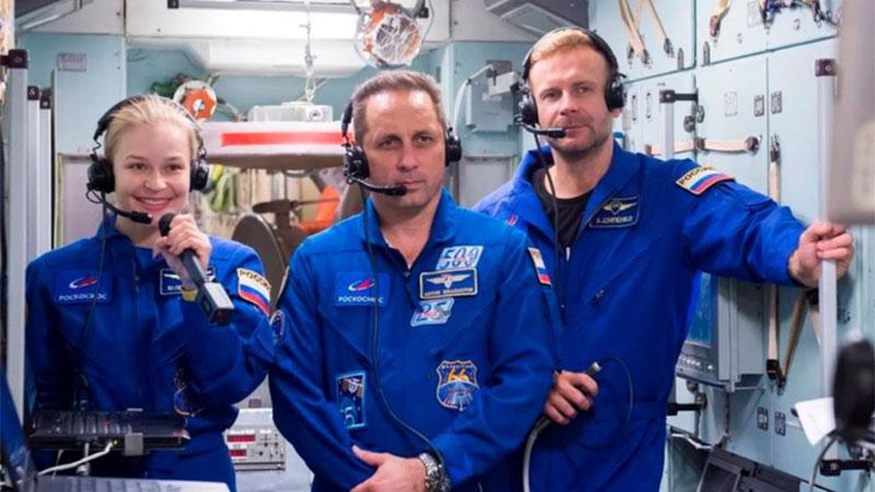 Regresan a la Tierra cineastas rusos que grabaron primera película en el espacio