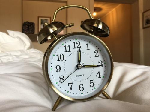 An image of a clock set to 3 o' clock