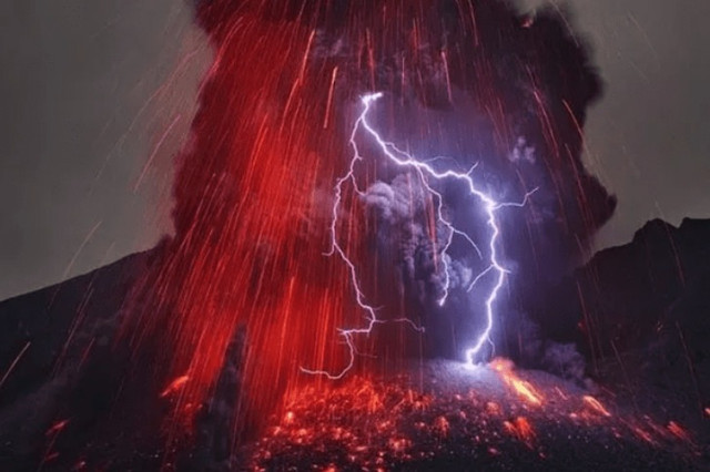 Il fulmine colpisce il vulcano Nvxry