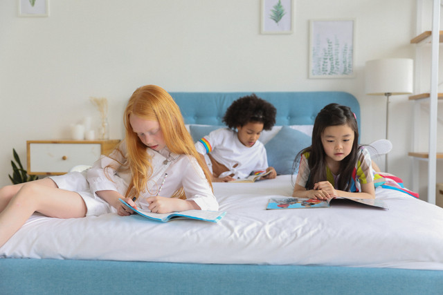 3 young girls reading