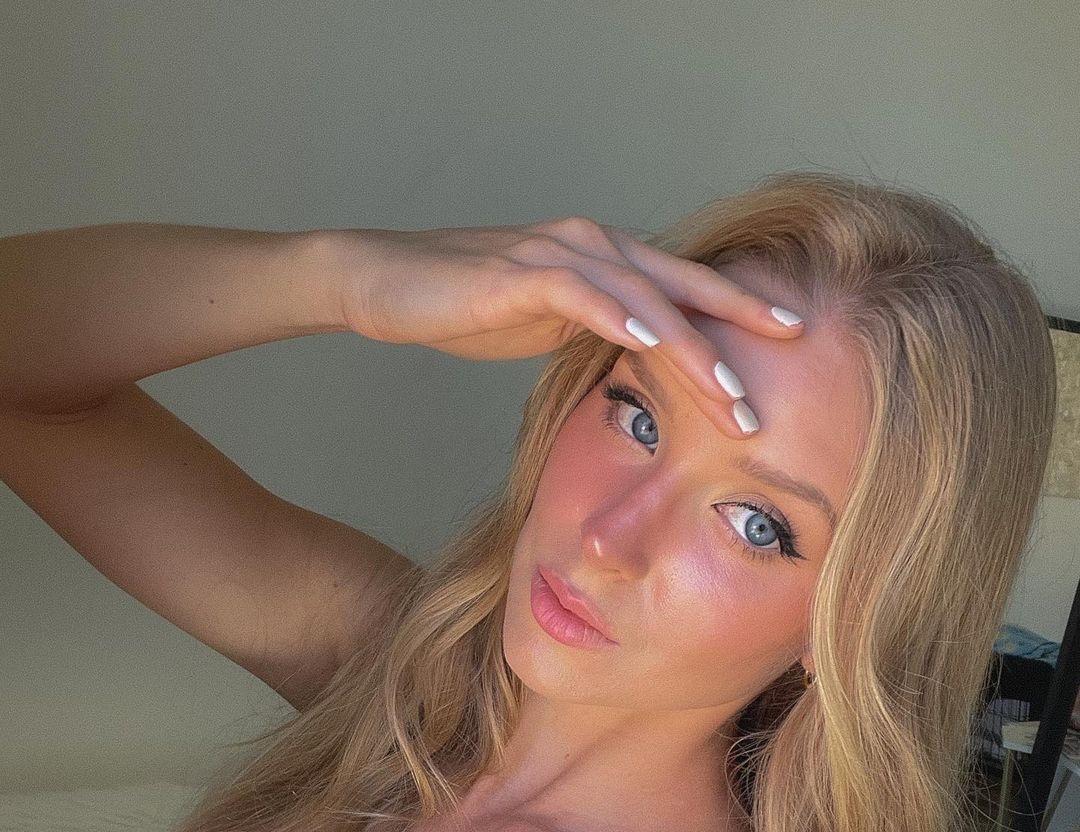 Caroline-Zalog-Wallpapers-Insta-Fit-Bio-15