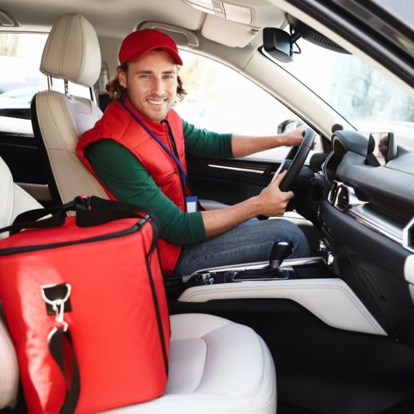 Uma imagem com pessoa, assento, vermelho, capacete  Descrição gerada automaticamente