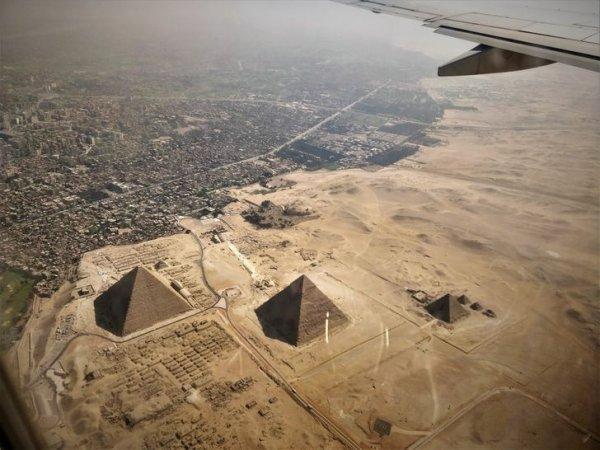 С высоты птичьего полета пирамиды выглядят как детские игрушки