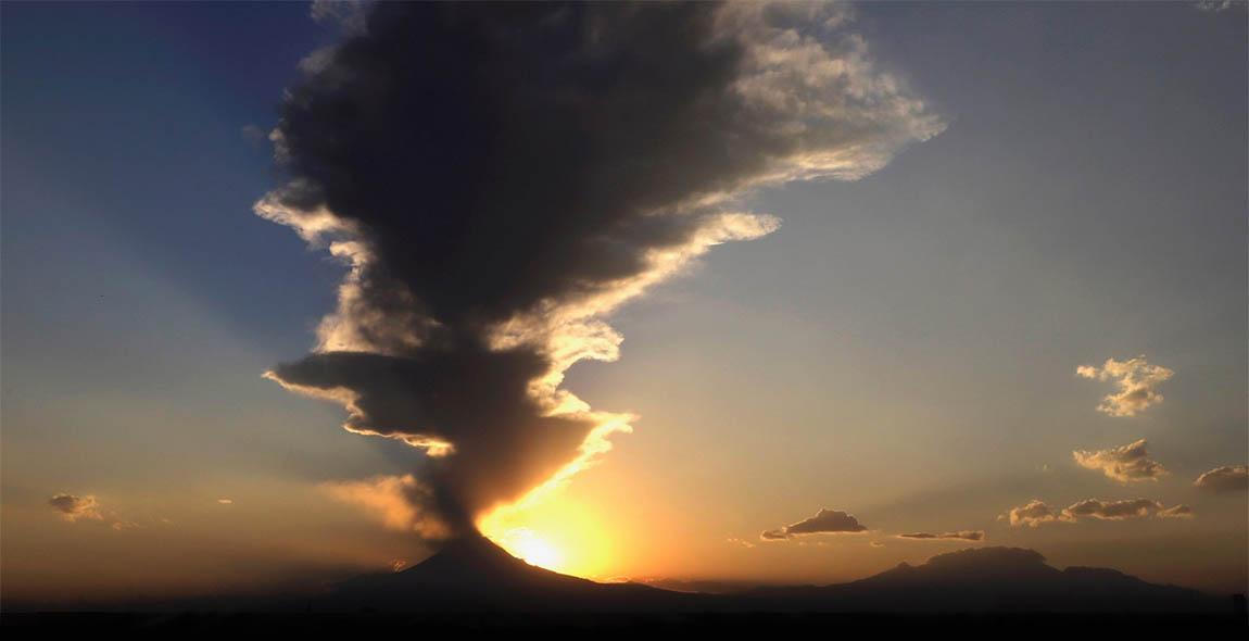 Vulkaan met zon.