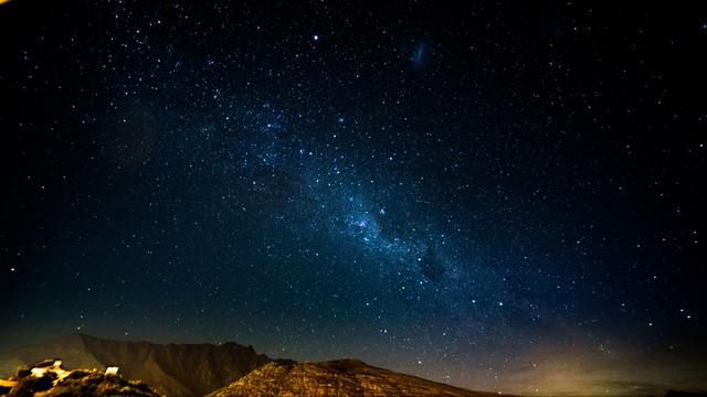 zvezdnoe-nebo-noch-gory-siyanie-blesk-118791-3840x2160.jpg