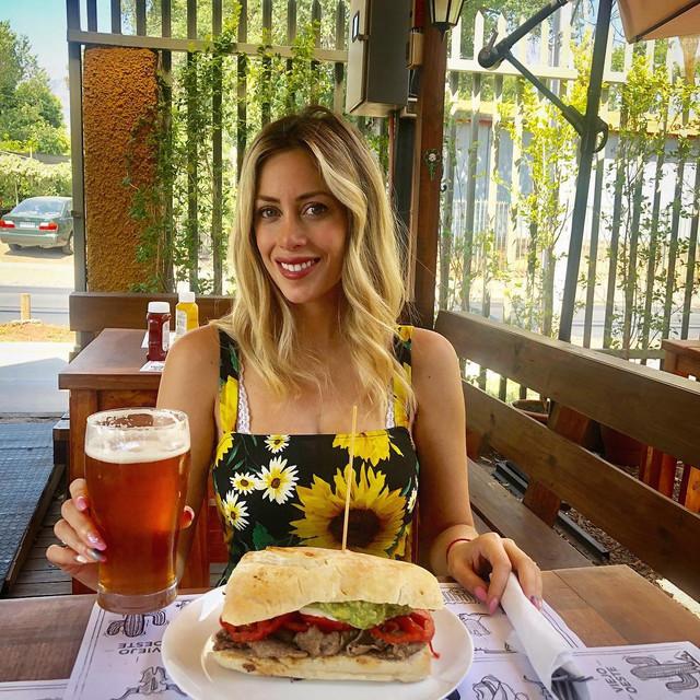 Almorzando-riqusimos-sndwich-con-cerveza-artesanal-en-elcuartel-me-encant-todo-Cien-por-ciento-recom
