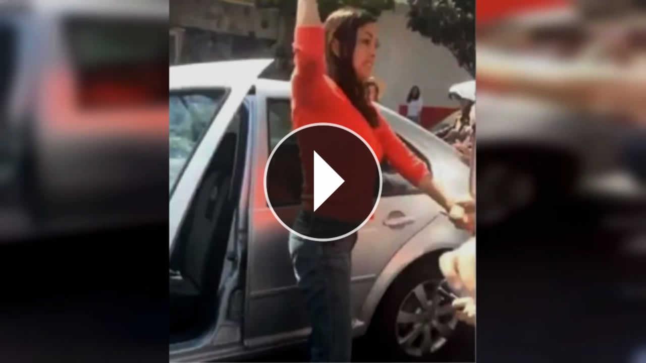 Mujer golpeó a una familia porque los abuelos tardaron mucho tiempo en cruzar la calle
