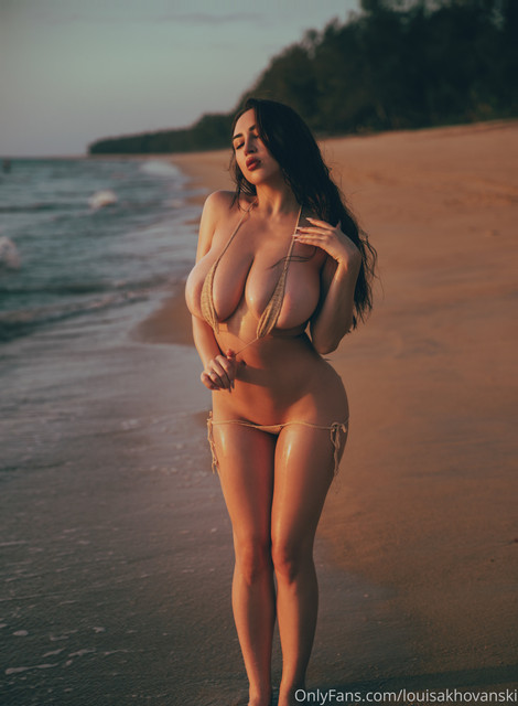 louisakhovanski-25-05-2020-42311717-I-am-filling-your-week-with-warmth-and-hotness