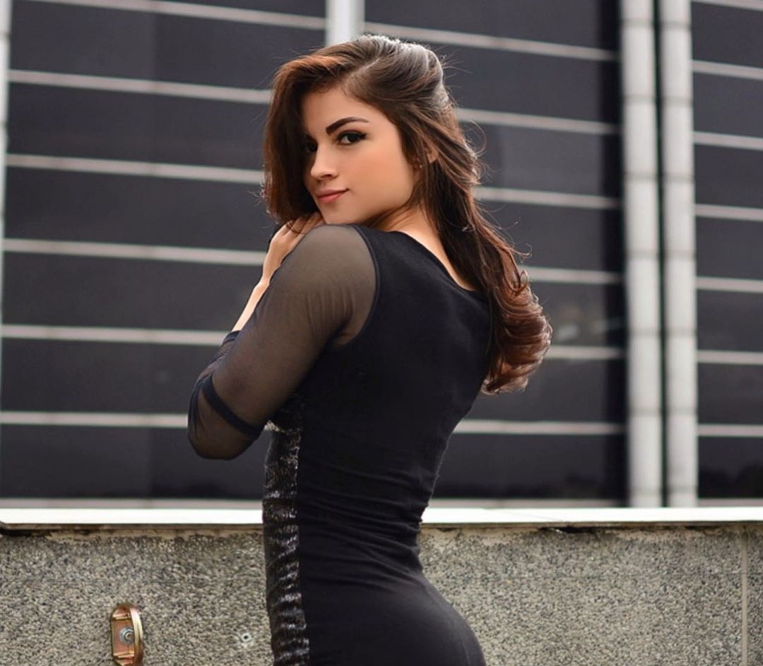 Valentina-Garzon-Wallpapers-Insta-Fit-Bio-3