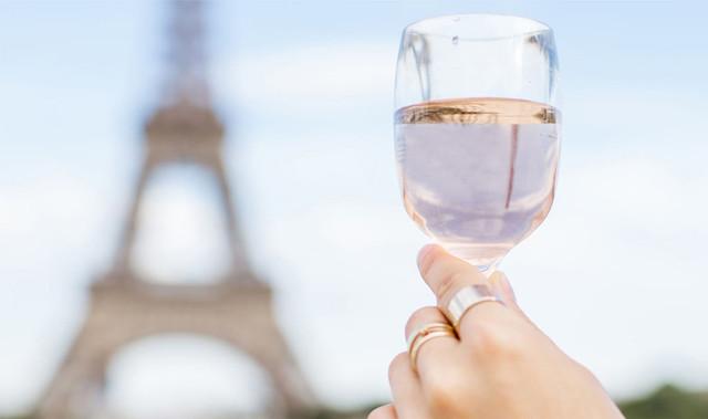 84806308-woman-having-a-picnic-in-paris