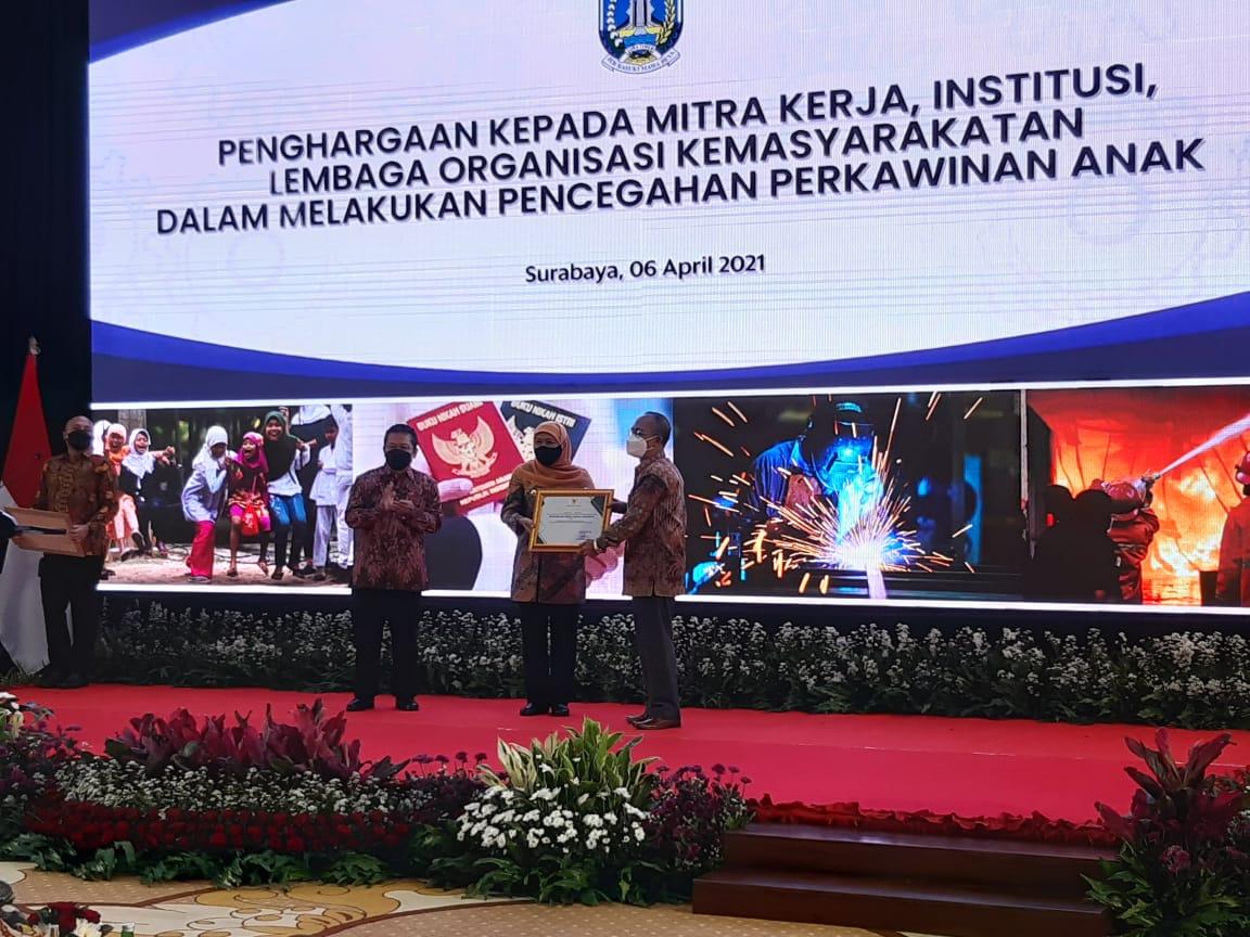 Gubernur Jatim Beri Penghargaan PTA Surabaya