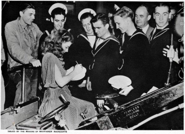 Энн Шеридан раздает автографы британским морякам