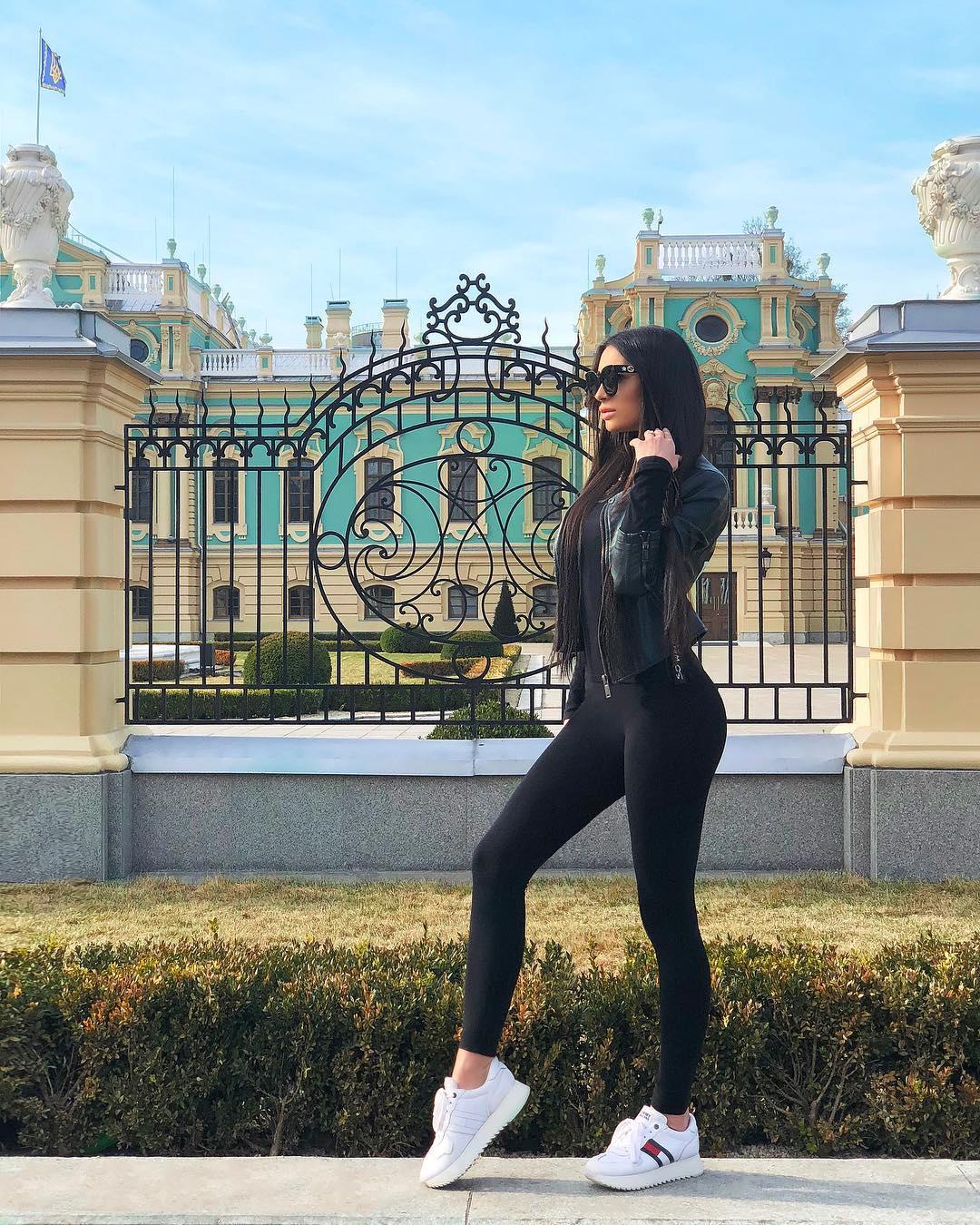 Annet-Elizarova-Wallpapers-Insta-Fit-Bio-4