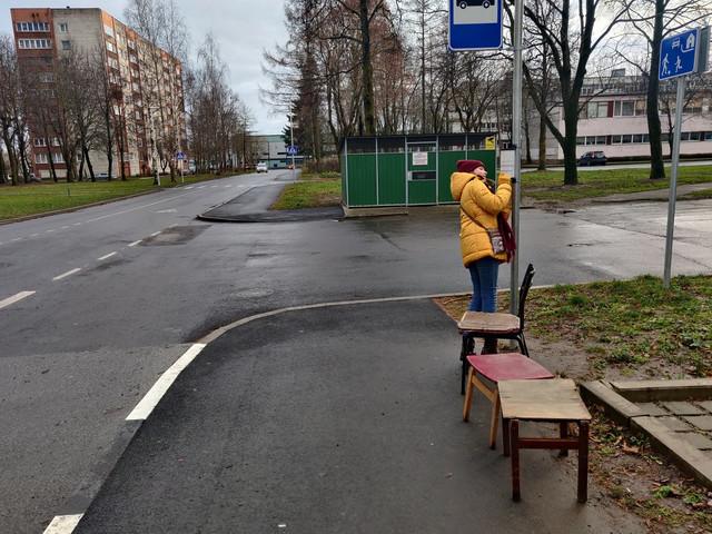 ФОТО| По-домашнему уютно: нарвитяне оборудовали автобусную остановку стулом и табуретками