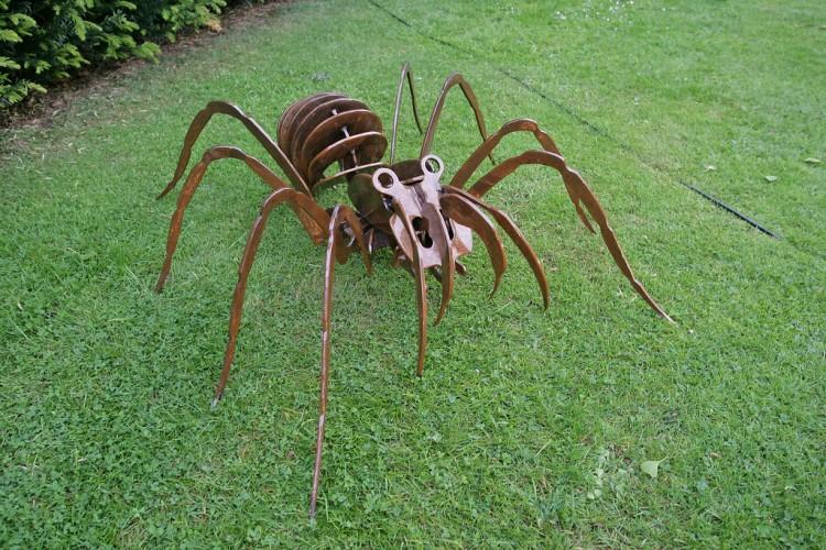 GIANT SPIDER GARDEN ART DISPLAY
