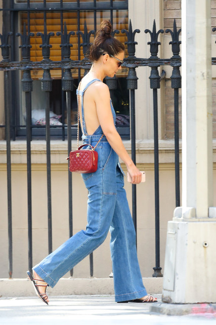 EXCLUSIVE-Katie-Holmes-flash-a-big-smile-while-out-shopping-wearing-a-denim-overall-in-New-York-City