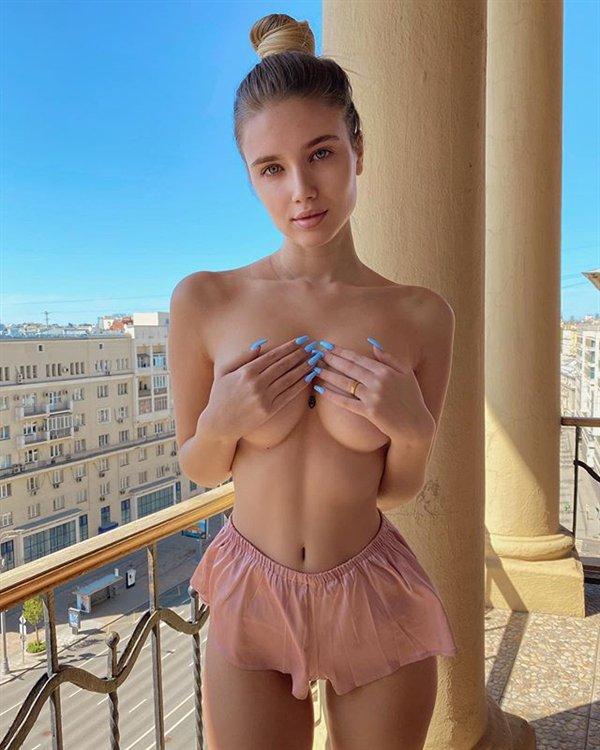 Фото для взрослых: девушки прикрывают грудь руками (35 фото)