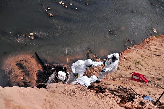 JOHOR-BAHRU-7-Mac-Anggota-Bomba-dan-Penyelamat-mendapatkan-sampel-air-dari-lokasi-yang-terjejas-deng