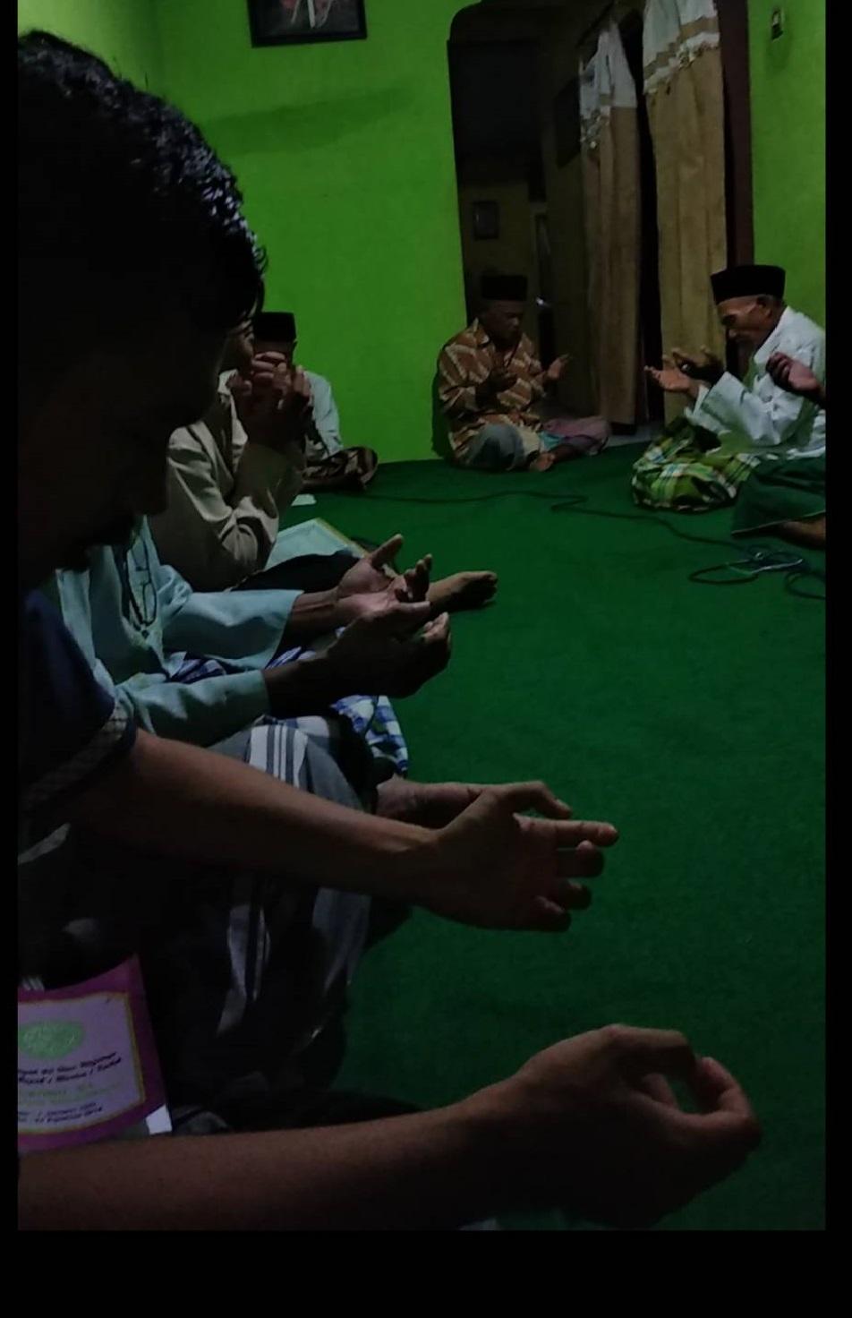 Tahlilan Bapak-bapak di Dusun Sewaka