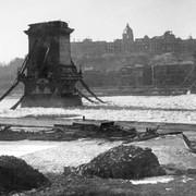 1280px-Lanc-hid-Budapest-3-Febr-1946-Foto-Takkk-Hungary