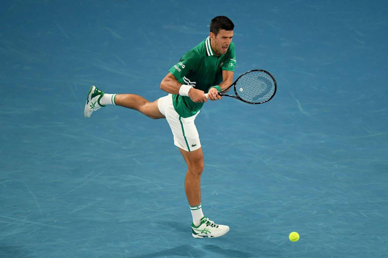 Djokovic corre para disparar um golpe de backhand, com o lado direito de seu corpo na frente