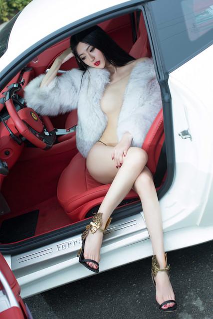 Foto Bugil SPG Nakal di Mobil Ferrari