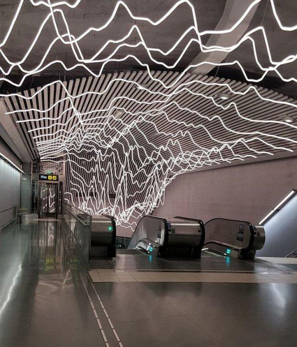 Инсталляция у входа в метро в Швеции