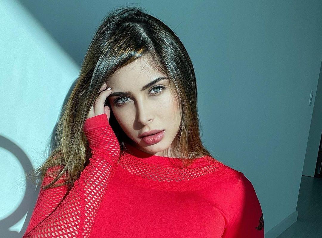 Laura-Monroy-Wallpapers-Insta-Fit-Bio-2