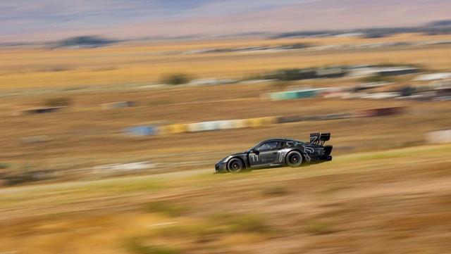 Roi de la colline — Le cinéaste Jeff Zwart se prépare à affronter Pikes Peak avec la nouvelle Porsche 935 B-image008