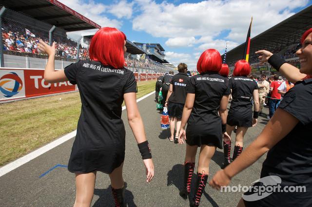 13-06-2009-Le-Mans-France-Cult-girls-wave-to-fans